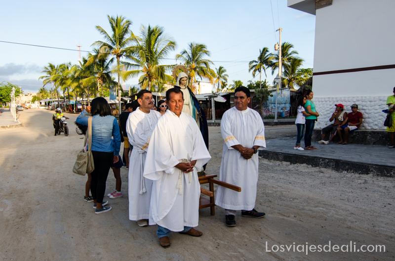 vivir en las islas galapagos procesión viernes santo