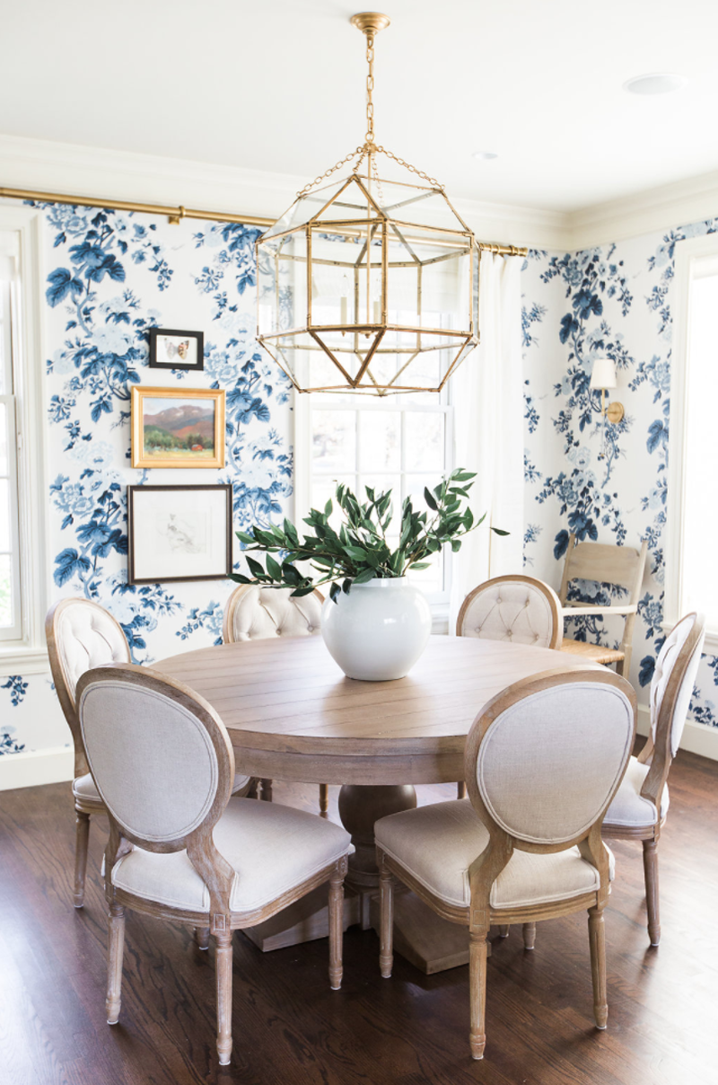 Country-Club-Traditional-Dining-Room_Blue-White-Gold_Blue-Floral-Wallpaper_Natural-Wood-Dining-Room-Table _Gold-Chandelier