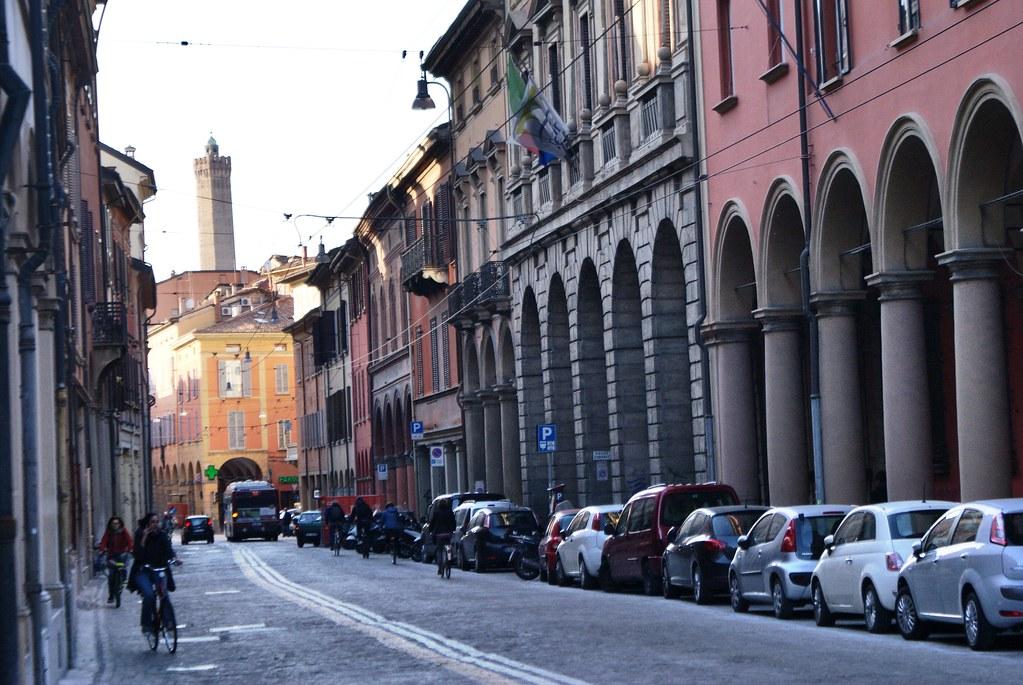 Arcades ou portiques de Bologne avec en fond la tour Asinelli.