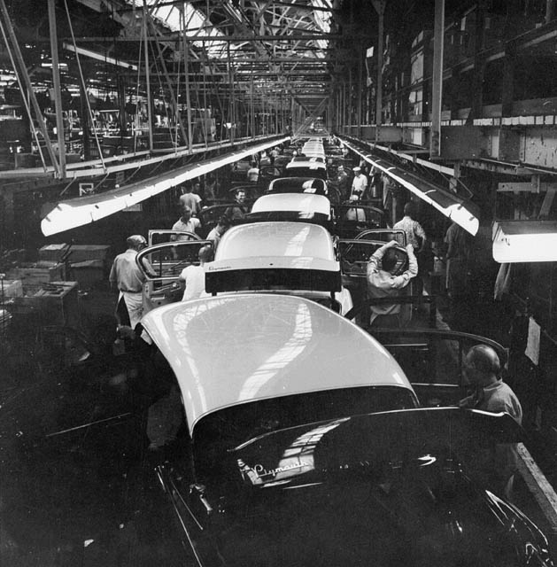 The Assembly Line At The Chrysler Plant In Windsor / Chaîn