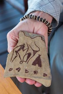 Sandstein mit San-Motiven, Armband aus Buschmannperlen und Kameldornakazien-Samen
