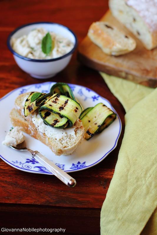 Ricetta del panino all'uvetta con hummus di fagili cannellini e zucchine grigliate