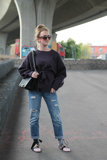 boyfriend-jeans-and-ballerinas-whole-outfit-front-wiebkembg