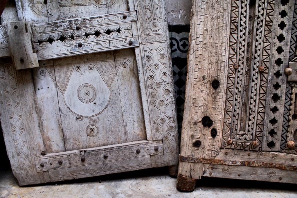Portes en bois finement sculptée au musée Bert Flint de Marrakech.
