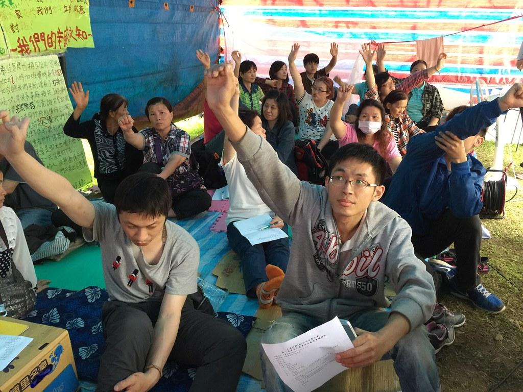 工會下午於絕食棚通過臨時會員大會,接受目前的資遣方案。(攝影:王顥中)