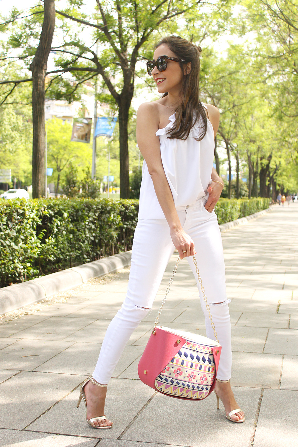 white outfit ripped jeans asymmetrical top pamapamar céline sunnies massimo dutti sandals fashion style06