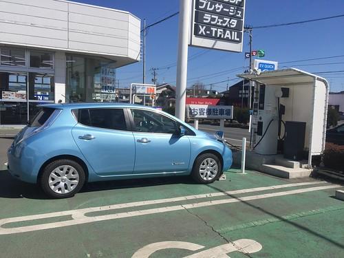 青森日産湊高台店で急速充電中の日産リーフ