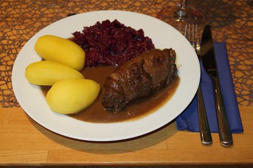 Pferdefleischrouladen mit Salzkartoffeln und Rotkohl