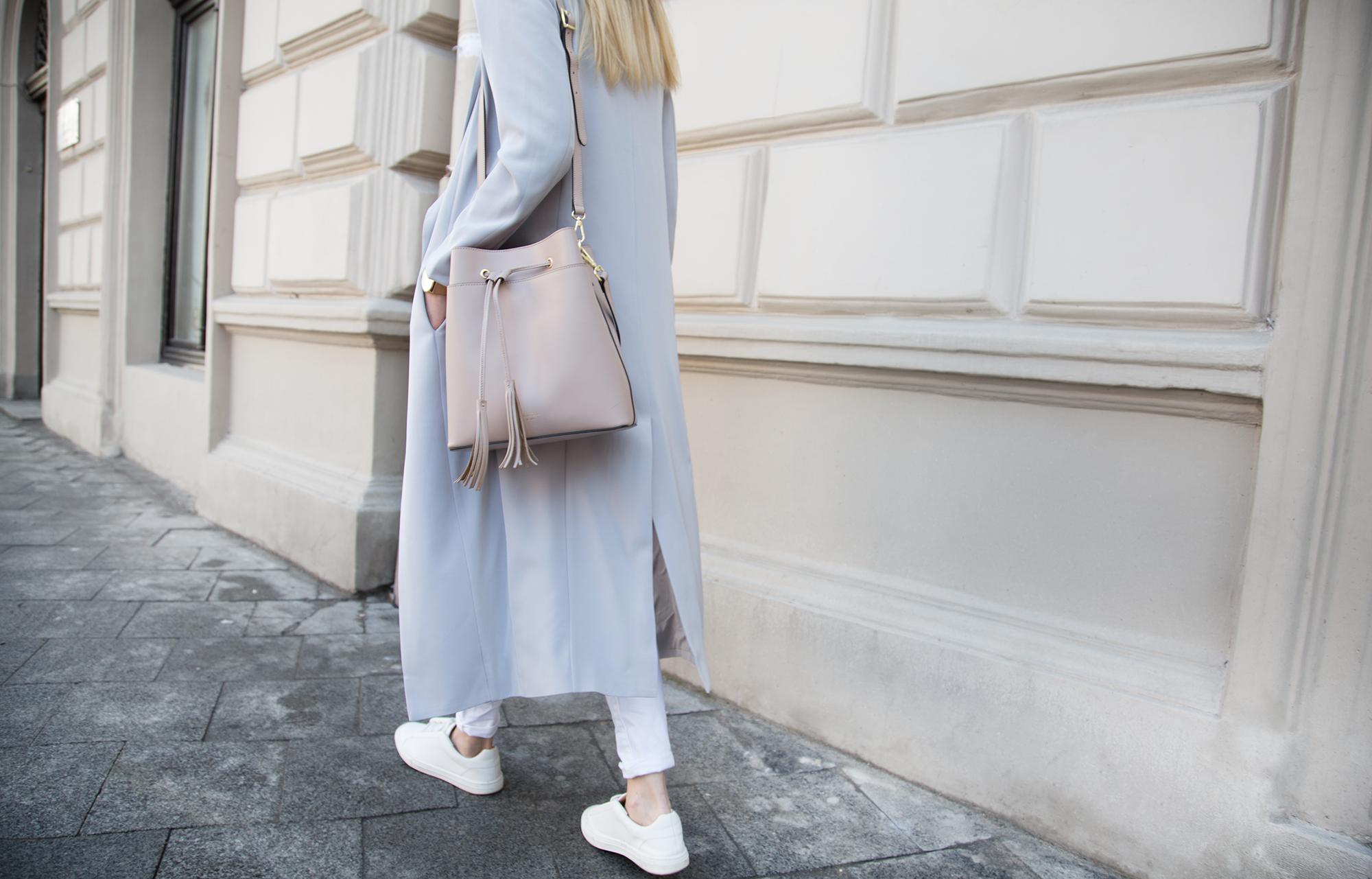 street-style-pastel-look-white-sneakers-outfit
