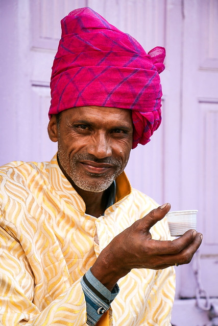 A turbaned man drinking chai, Jodhpur, India ジョードプル チャイを飲む男性