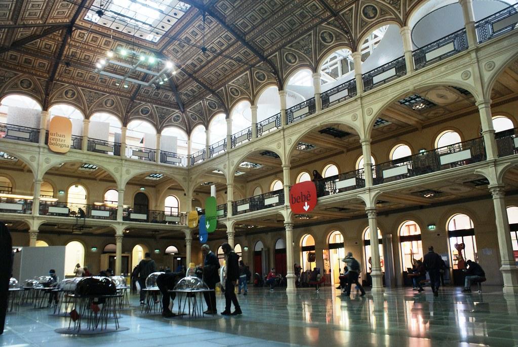 Ancienne bourse transformée en bibliothèque à Bologne en Italie.