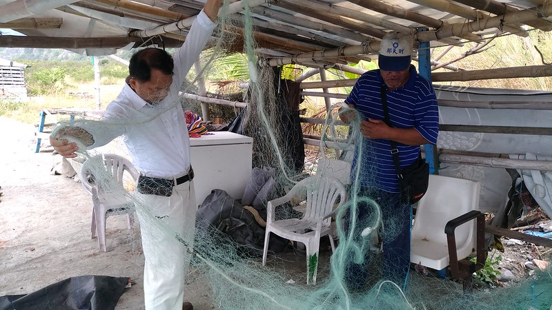 為救援海龜所割破的漁網,右為漁民張慶來_60618