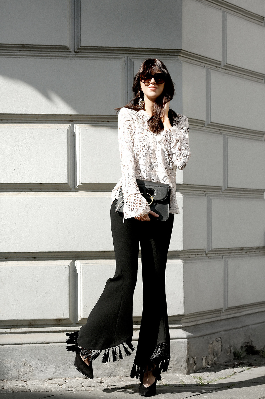 ootd flare pants black white minimal and other stories pumps j.w. anderson pierce bag céline audrey sunglasses zara style outfit fashionblogger vila lace blouse styleblogger modeblogger cats & dogs ricarda schernus düsseldorf blogger 6