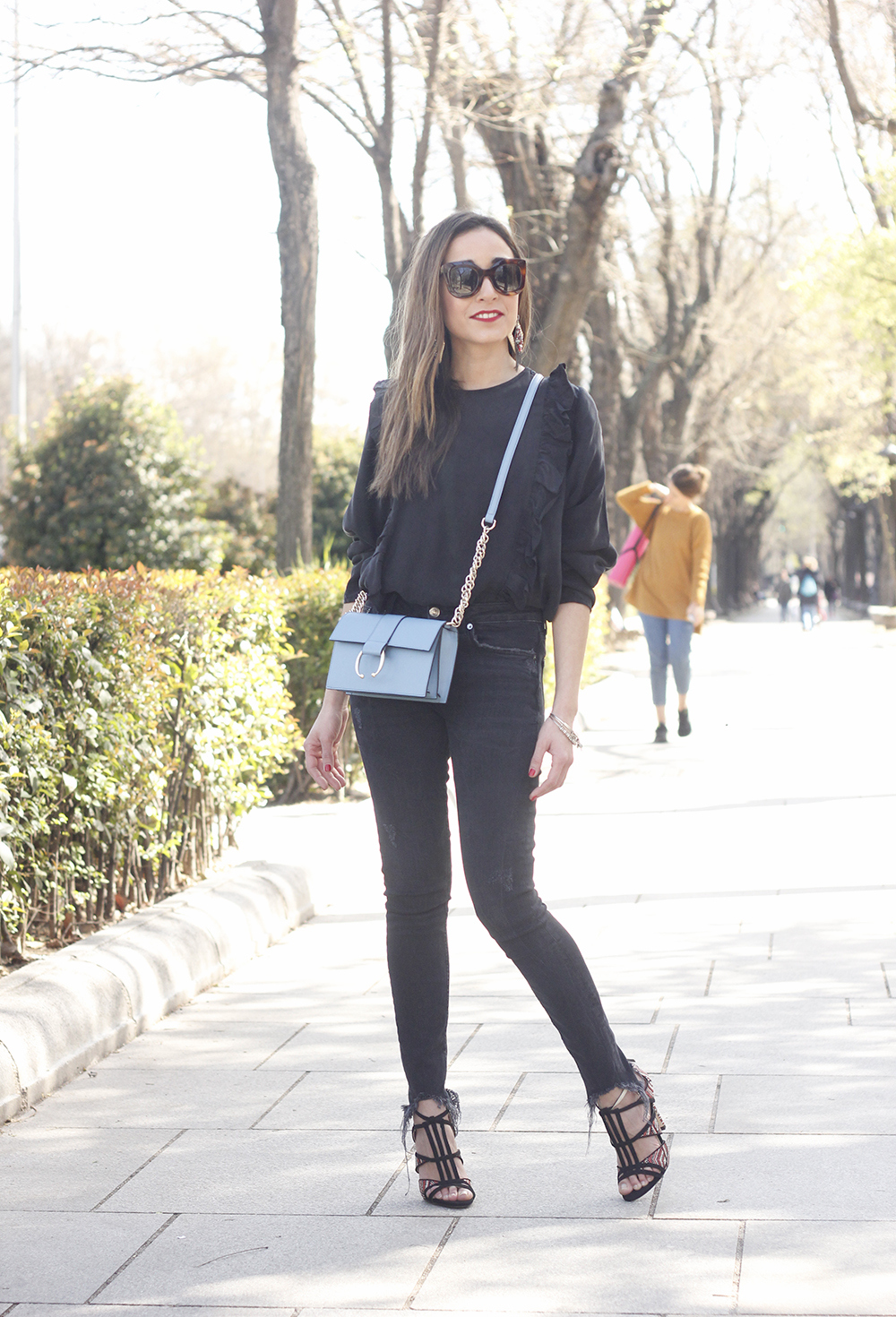 Black ruffled shirt black jeans uterqüe bag earrings sandals outfit style fashion céline sunnies spring11