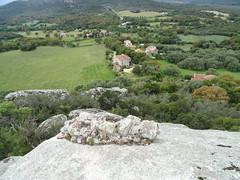 Vestiges d'enceintes du casteddu médiéval et vue de Nota