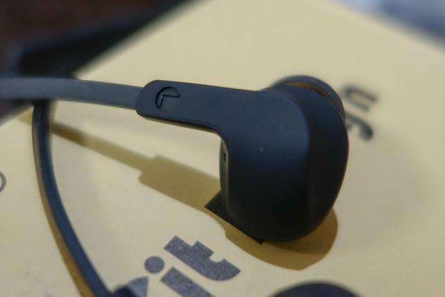 KingYou BT001 Bluetooth ワイヤレス イヤホン 高音質 カナル スポーツ仕様 防汗防滴 磁気吸引機能 ハンズフリー通話 写真を撮る可能 iPhone / Android 各種対応 【メーカー1年保証】 (ブッラク)