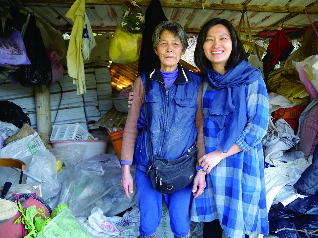 邊工具間裡,陳家琪(右)陪伴羞澀的農民陳阿姨(左)合照,打趣地讓她放鬆:「來,愈䆀的佮你攝!」