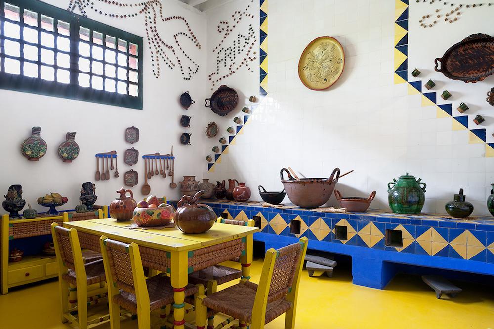 la_casa_de_frida_kahlo_en_cayoacan_mexico_890921915_1200x800
