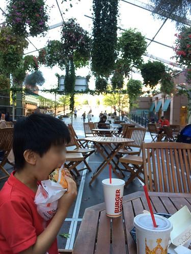 恵比寿ガーデンプレイスのセンター広場でバーガーランチ