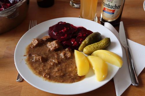 Westfälischer Pfefferpotthast mit Salzkartoffeln, Rote Bete Salat und Gewürzgurken