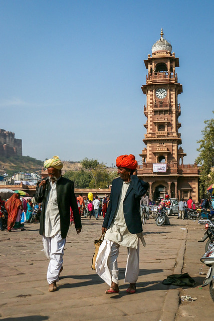 Turbaned men and clock tower, Jodhpur, India ジョードプル 時計塔の前を歩くターバン姿の男性たち