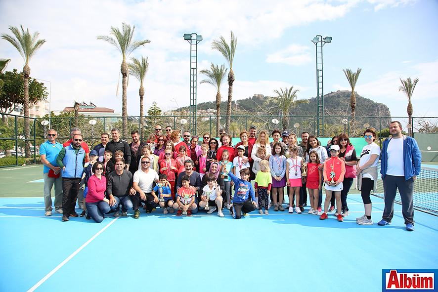 Turnuvaya katılan sporcular, aileleri ve eğitmenleri ile birlikte poz verdi.
