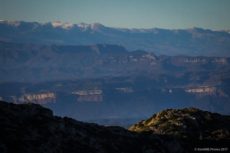 Cingles de Tavertet y Pirineos desde el Turó de l'Home