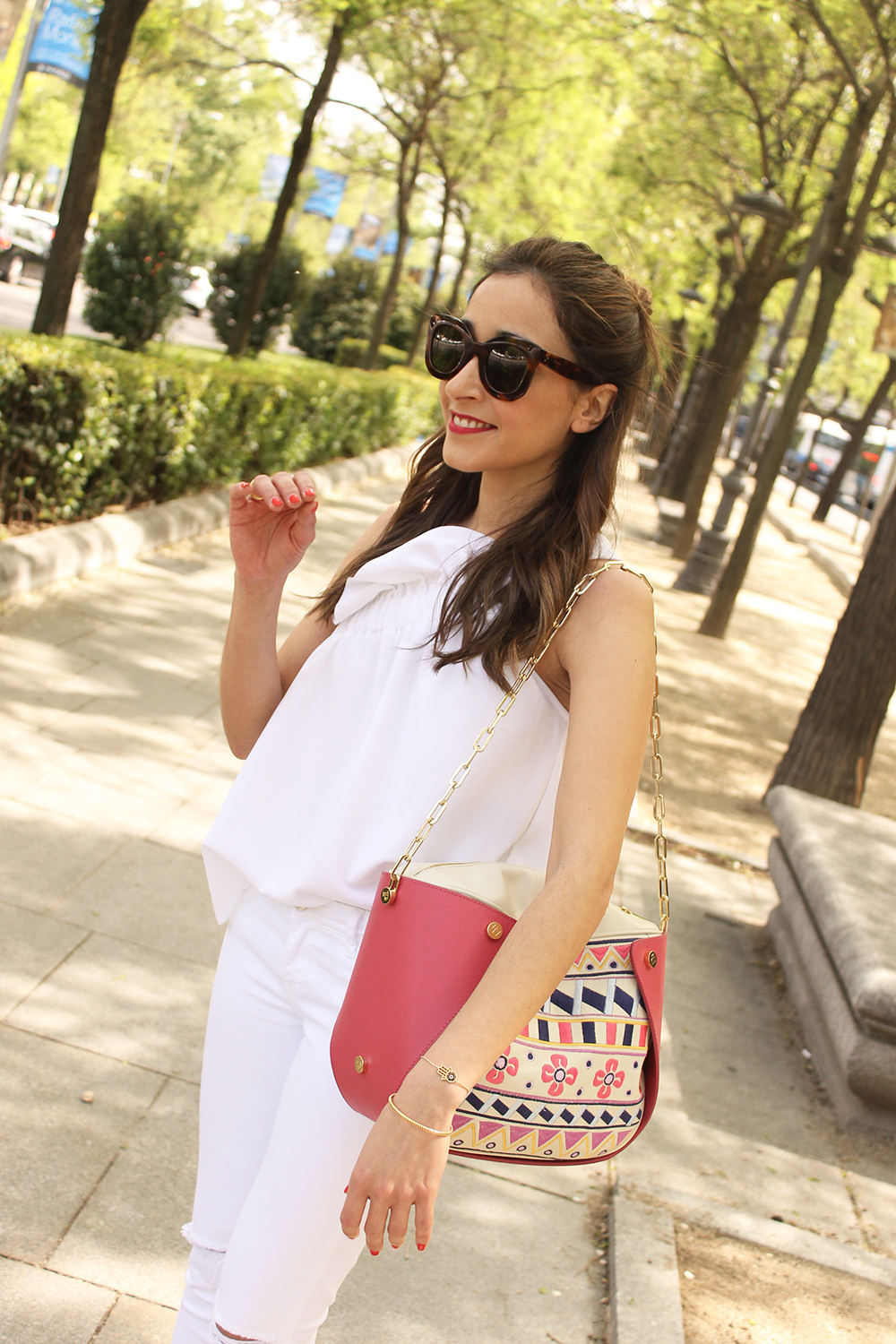 white outfit ripped jeans asymmetrical top pamapamar céline sunnies massimo dutti sandals fashion style09