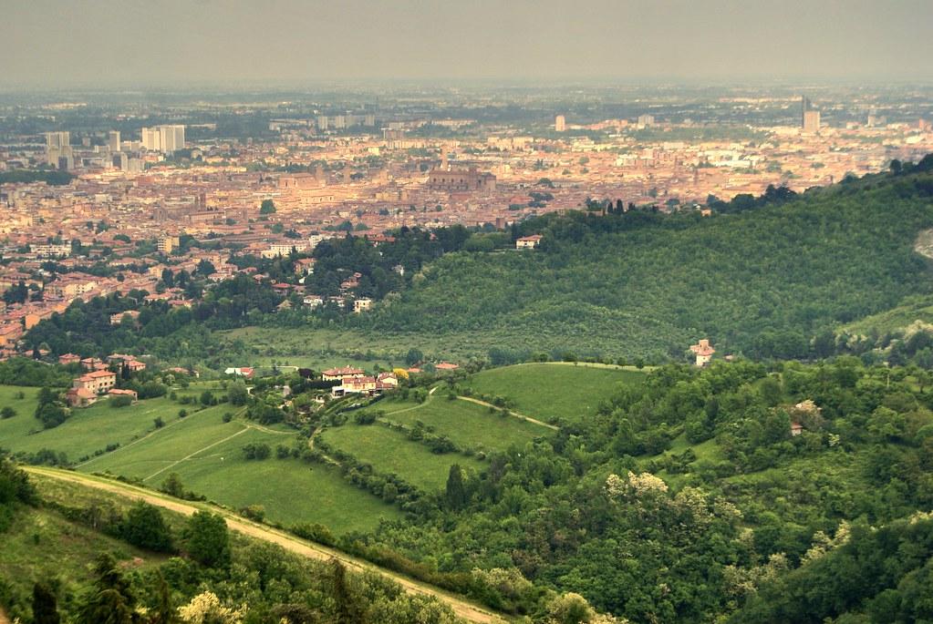 Vue sur la Vieille Ville de Bologne depuis le sanctuaire San Luca.