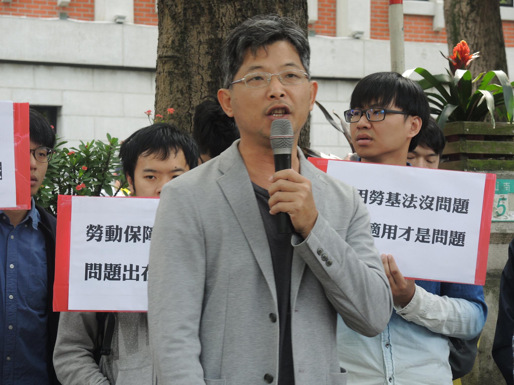 兼任教師徐文路指出,「兼任教師待遇跟狗一樣,教育部還在拚全球百大,這真是笑話」。(攝影:曾福全)
