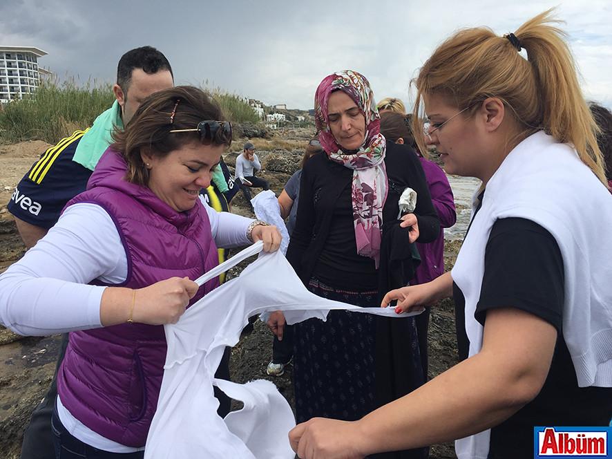 Katılımcılar eski kıyafetlerini yok ettiler.