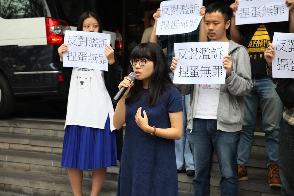 今天(4/20)由政大勞促會、高教工會與台大工會等多個學生團體陪同之下,高若想到台北地方法院提出上訴。(攝影:陳逸婷)