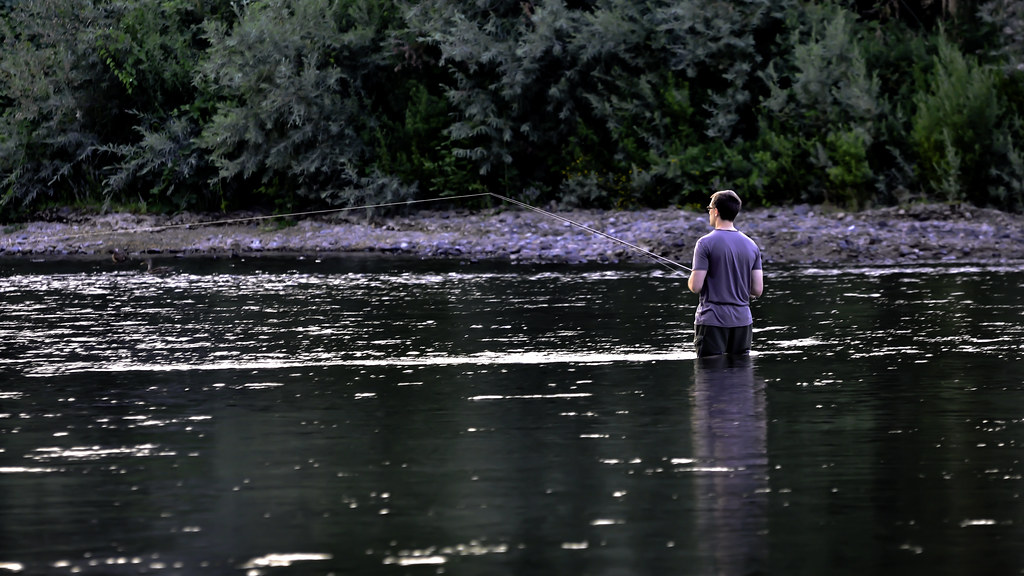 Fly fishing a man fly fishing in grants pass oregon for Oregon free fishing