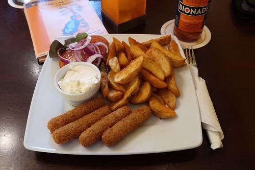 Mozzarella-Sticks mit Kartoffelecken, Sauerrahm und Tomatensalat (im Kneipen-Cafe-Restaurant Balou in Osnabrück)
