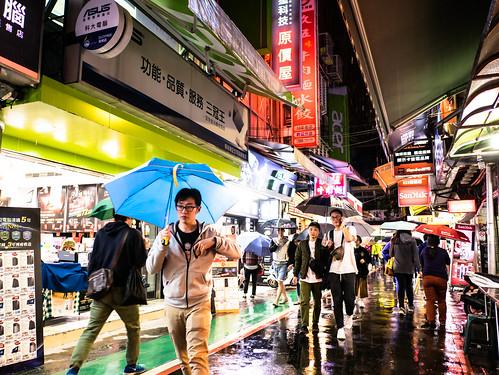 台湾の電脳街・光華市場。傘を差す人々。