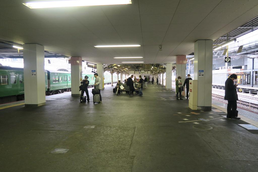 在京都車站月台沒甚麼人,難道是因為天氣的關係?