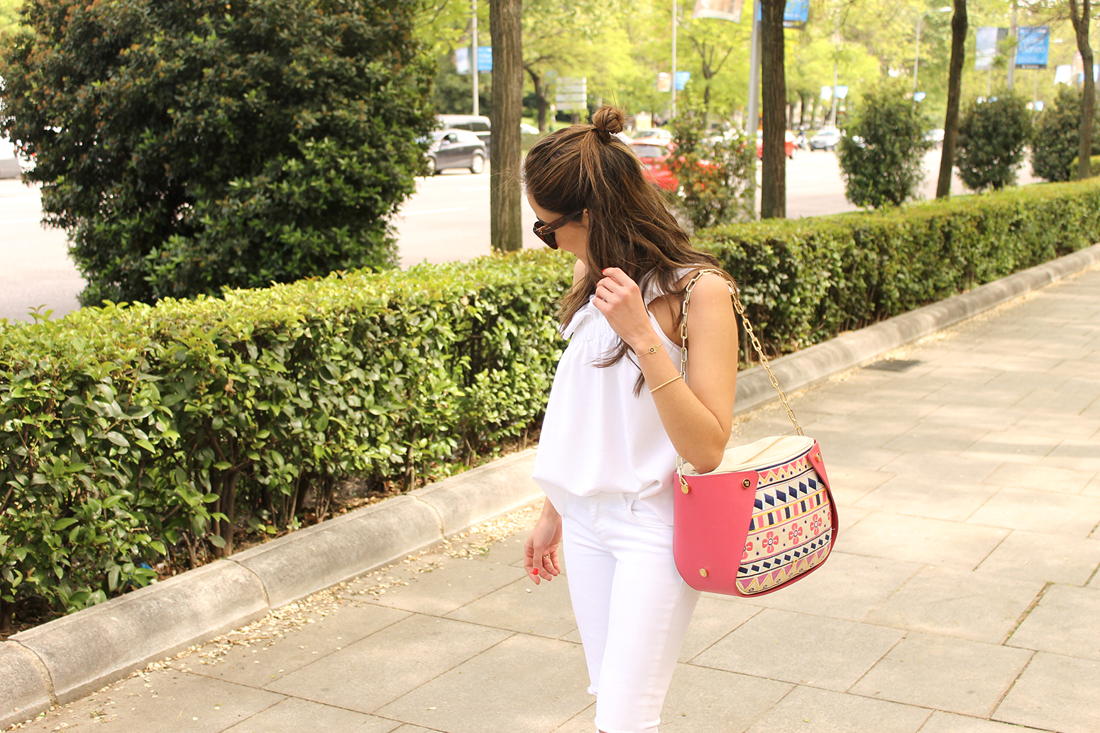 white outfit ripped jeans asymmetrical top pamapamar céline sunnies massimo dutti sandals fashion style13