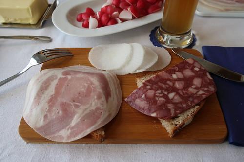 Schweinebauch und Blutwurst auf Brot