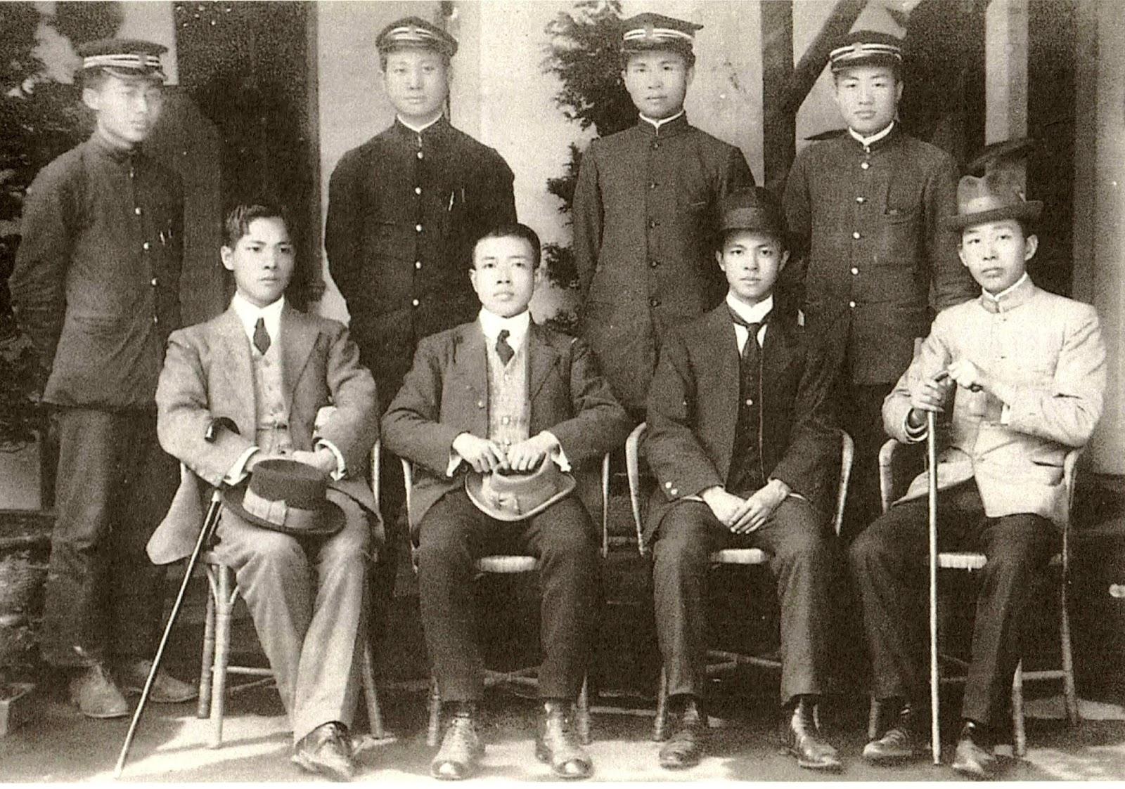 1913年台灣青年謀刺袁世凱的送別合照,前排左二為翁俊明,左三為杜聰明,後排右一為蔣渭水。(圖片提供:杜聰明博士獎學基金管理委員會)