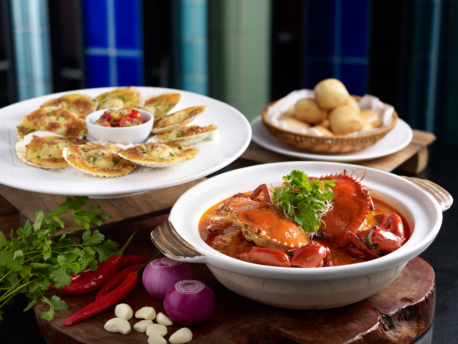 Crowne-Plaza-Changi-Airport---Seafood-Splendour-Buffet---Chilli-Crabs-served-with-mini-mantou-and-Baked-Scallops