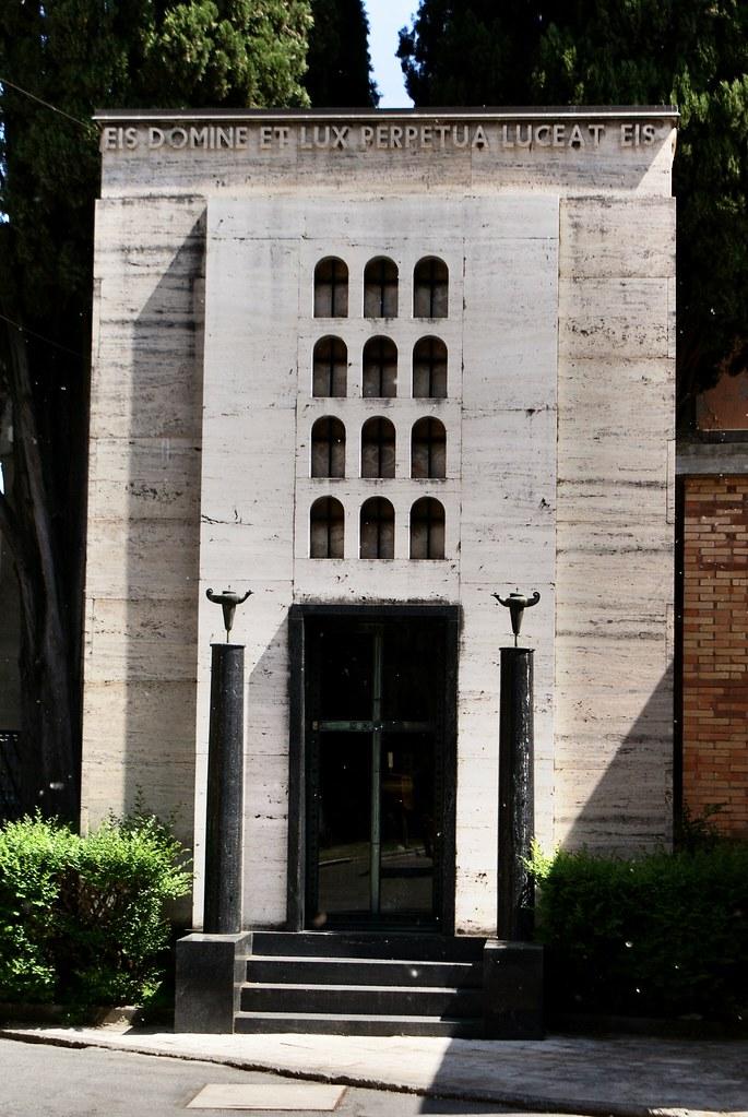 Caveau dans le style de l'architecture fasciste dans le cimetière de la certosa à Bologne.