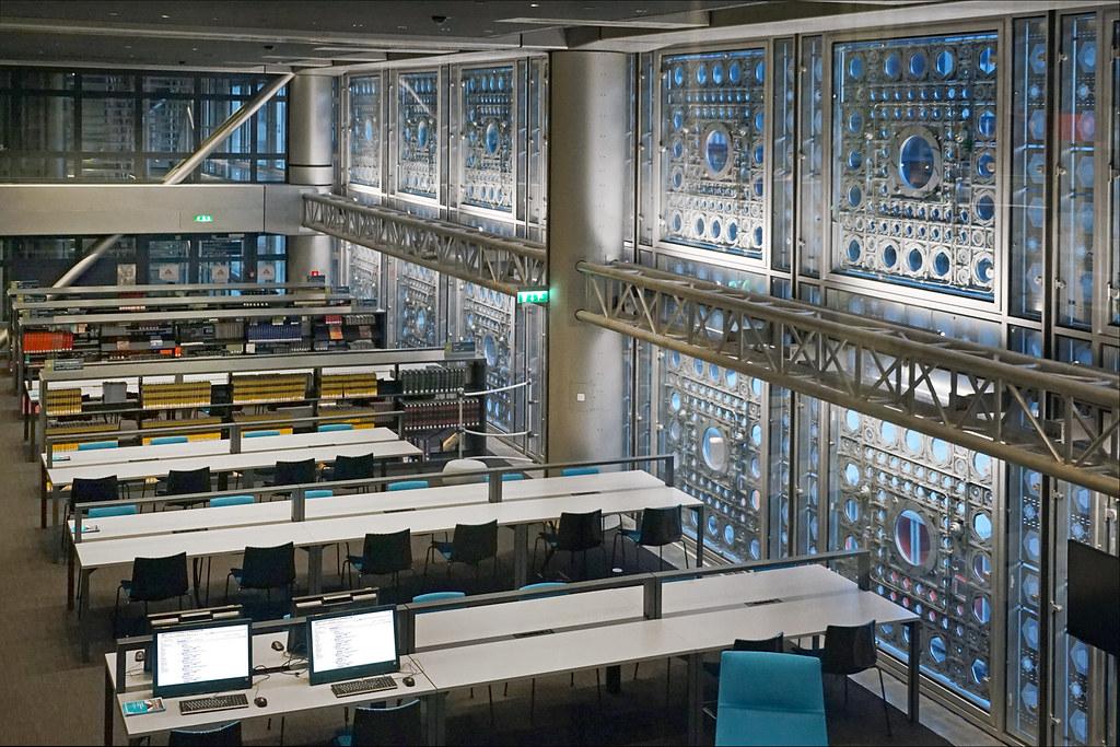 La bibliothèque de l'Institut du Monde Arabe la nuit (Pari ...