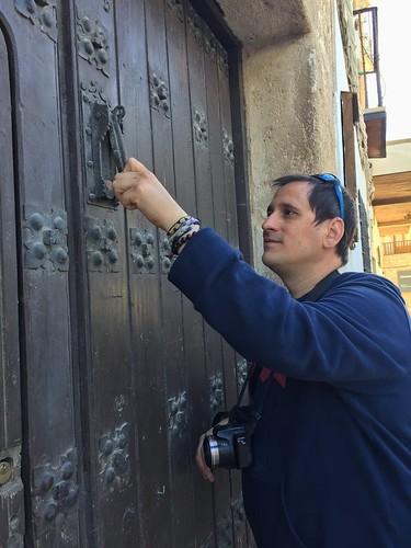 Sele llamando a una puerta de Belmonte (Cuenta, Castilla-La Mancha)