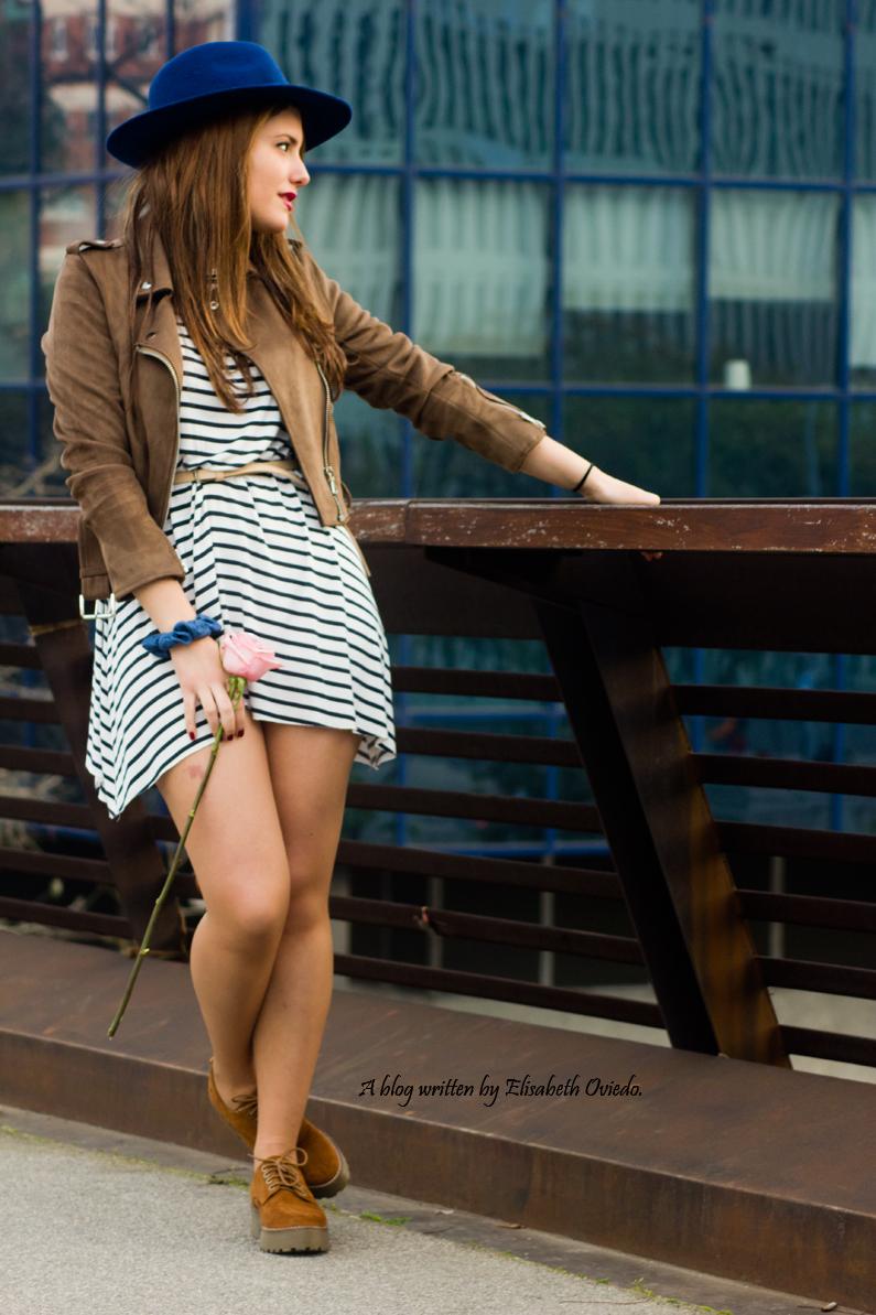 vestido navy chaqueta marrón sombrero azul stradivarius heelsandroses rosas barcelona (3)