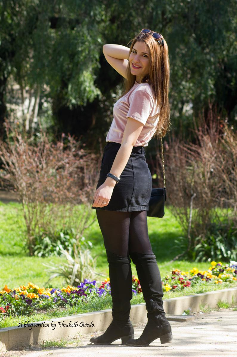 falda negra stradivarius camiseta rosa botas altas tacon funda customizada (3)
