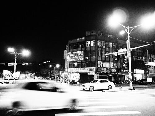 台北の街の横断歩道と車のモノクロ写真