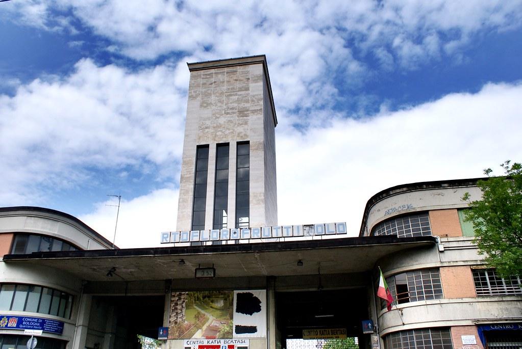 XM 24 de Bologne se trouve dans une ancienne usine (?) au nord de la gare.