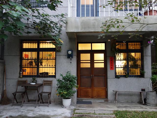 韻味濃厚的40年老屋,保留了鐵窗花、木門、壓花玻璃@花蓮小晴天旅宿