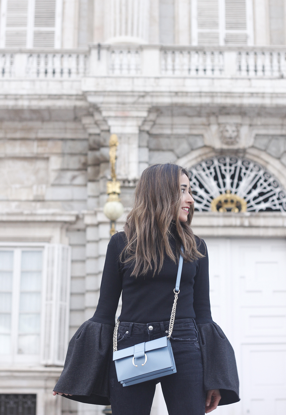 Black sweater with bell sleeves black jeans heels uterqüe bag palacio real madrid street style fashion outfit20