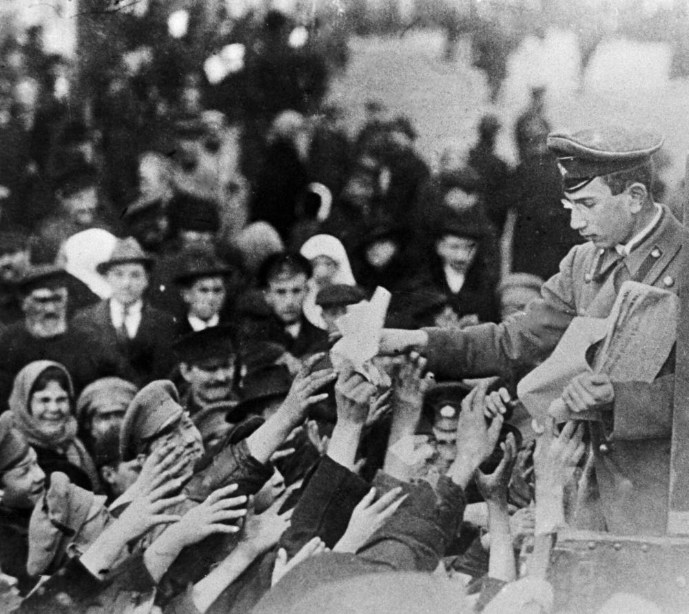 1917 год / Februar 1917. Zeitungen mit Aufrufen zur Revolution werden  verteilt.
